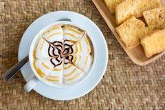 Cappuccinokopp med frasigt smörrostat bröd Arkivfoto
