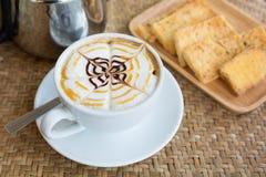Cappuccinokopp med frasigt smörrostat bröd Arkivfoton