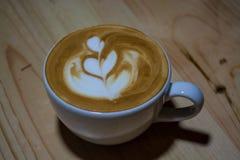 Cappuccinokopp med lattekonst kaffe mjölkar Arbetsbarista Ny drink med koffein royaltyfri bild