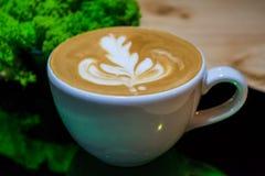 Cappuccinokopp med lattekonst kaffe mjölkar Arbetsbarista Ny drink med koffein royaltyfria bilder