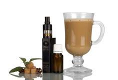 Cappuccinokopp och elektronisk cigarett med aromatisk flytandeiso Fotografering för Bildbyråer