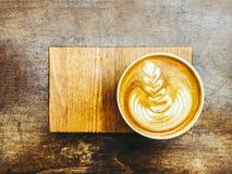 Cappuccinokopp på trätabellen, bästa sikt med kopieringsutrymme för text Arkivfoto