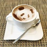 Cappuccinokunst in einer Kaffeetasse Lizenzfreies Stockfoto