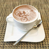 Cappuccinokunst in einer Kaffeetasse Stockfotografie