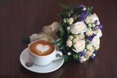 Cappuccinoliebhaberblumen-Herzkaffee Stockfotos