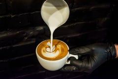 Cappuccinoschale mit Lattekunst Prozess der Vorbereitung des Kaffees mit Milch Arbeit barista Neues Getränk mit Koffein lizenzfreie stockfotografie