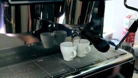 Cappuccinot hälls in i två rånar från kaffemaskinen lager videofilmer