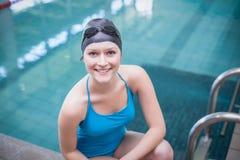 Cappuccio d'uso di nuotata della donna graziosa ed occhiali di protezione di nuoto Immagini Stock Libere da Diritti