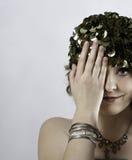 Cappuccio d'uso di verde degli anni 70 della bella giovane donna Fotografia Stock
