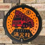 Cappuccio della fogna/copertura di botola/covata, idrante antincendio ed acqua di mezzi di lingua giapponese in Atami, Giappone fotografia stock