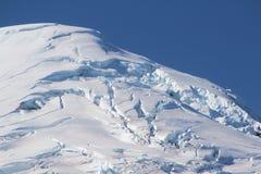 cappuccio della neve sopra il vulcano Immagine Stock Libera da Diritti