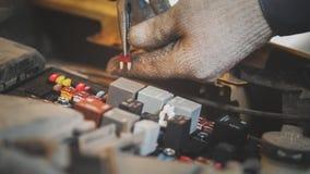 Cappuccio della riparazione elettrica automobilistica, collegamenti elettrici Immagine Stock Libera da Diritti