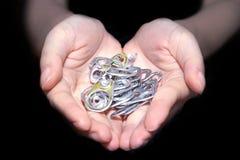 Cappuccio di alluminio della tenuta della mano Fotografie Stock Libere da Diritti