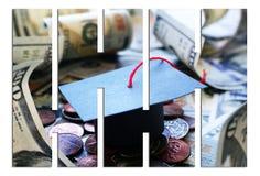 Cappuccio di graduazione dell'istituto universitario di Loan Debt With dello studente su soldi con le barre Fotografia Stock Libera da Diritti