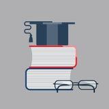 Cappuccio di graduazione sulla pila di libro con i vetri Icone di graduazione Fotografia Stock Libera da Diritti