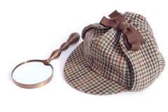 Cappuccio di Sherlock Holmes o del Deerstalker e lente d'ingrandimento dell'annata Fotografia Stock Libera da Diritti