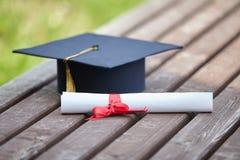 Cappuccio e certificato di graduazione Fotografie Stock Libere da Diritti