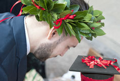 Cappuccio e corona delle foglie dell'alloro Immagini Stock