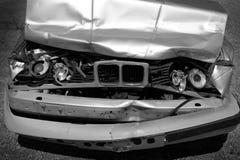 Cappuccio e griglia fracassati relitto dell'automobile con i fari Immagine Stock