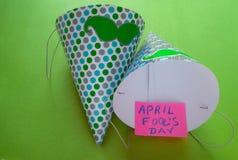Cappuccio, iscrizione di giorno del ` s del pesce d'aprile sul fondo verde Fotografia Stock Libera da Diritti