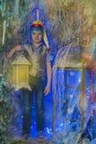 Cappuccio luminoso del ragazzo con una torcia elettrica Fotografia Stock