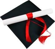 Cappuccio nero di graduazione con il grado isolato su bianco Immagine Stock Libera da Diritti
