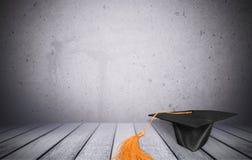 Cappuccio nero di graduazione isolato su fondo Fotografia Stock