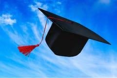 Cappuccio nero di graduazione isolato su fondo Fotografia Stock Libera da Diritti