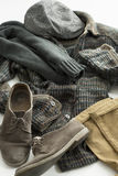 Cappuccio, sciarpa, camicia, pantaloni e scarpe Immagine Stock