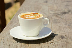Cappuchino或拿铁coffe在一个白色杯子与 免版税库存照片