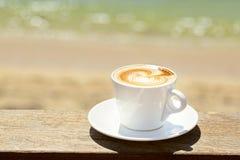Cappuchino或拿铁coffe在一个白色杯子与 库存照片
