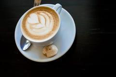 Cappuchino ή latte coffe σε ένα άσπρο φλυτζάνι με διαμορφωμένο τον καρδιά αφρό στον ξύλινο πίνακα Ενεργειακό dring πρωινού που απ Στοκ φωτογραφίες με δικαίωμα ελεύθερης χρήσης