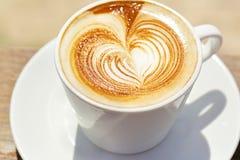 Cappuchino ή latte coffe σε ένα άσπρο φλυτζάνι με στοκ φωτογραφίες