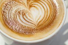 Cappuchino eller lattecoffe i en vit kopp med Fotografering för Bildbyråer