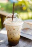 Cappuchino gefror Kaffee auf Tabelle Stockfotografie
