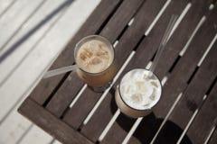 Cappuchino van de ijskoffie en latte op de houten mening van de achtergrondlijstbovenkant Stock Foto