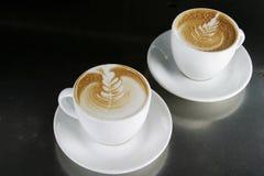 Cappucinno avec l'art de Latte Photographie stock libre de droits