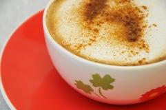 Cappucino auf einem bunten Cup Stockbild