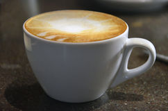 Cappucino del café con arte del latte Foto de archivo