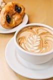 Cappucino e pastelarias Imagens de Stock Royalty Free
