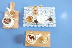 Cappucino et chocolat avec l'écrimage Image libre de droits