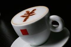 Cappucino mit RMB Zeichen Stockfoto