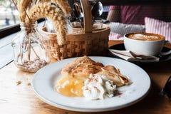 Cappucino, tarte de pomme, poaceae et un panier de l'assaisonnement sur un OE Photographie stock libre de droits