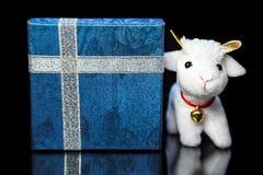 Capra o pecore con il contenitore di regalo Fotografia Stock