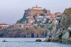 Capraia och den forntida fästningen royaltyfri fotografi