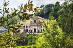 Caprarola - Viterbo - Italien - den Santa Teresa kyrkan till och med trädfilialerna Royaltyfria Bilder