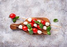 Caprese串用无盐干酪、蕃茄和蓬蒿 库存照片