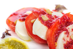 Caprese开胃小菜沙拉用mozarella乳酪, 免版税库存照片