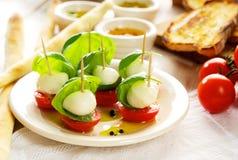 Caprese开胃菜;微型无盐干酪、西红柿和蓬蒿 图库摄影