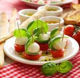 Caprese开胃菜;微型无盐干酪、西红柿和蓬蒿 免版税图库摄影